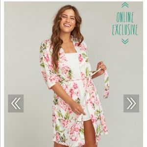 The perfect flowy and feminine robe! 🌺